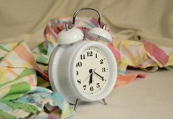朝寝坊を防止するために複数の目覚まし時計