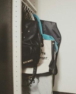 バッグ類はS字フックで掛けて収納