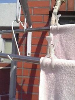 S字フックを使って段差を作り洗濯を干す