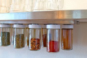 マグネットの利用方法_瓶にマグネットをつけて調味料を保存